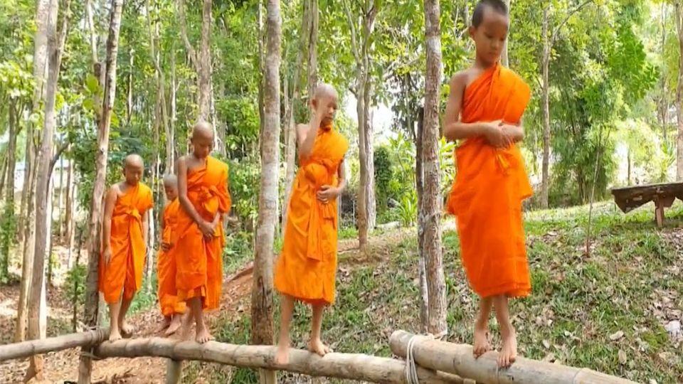 ฝึกสมาธิเณรน้อย ให้เดินบนไม้ไผ่สูง 1-3 ม.