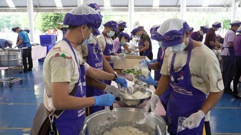 หน่วยงานต่าง ๆ ร่วมประกอบอาหารมอบแก่ประชาชน และบุคลากรทางการแพทย์ที่ได้รับผลกระทบจากการแพร่ระบาดของโรคโควิด-19 ในพื้นที่จังหวัดบุรีรัมย์และกรุงเทพมหานคร