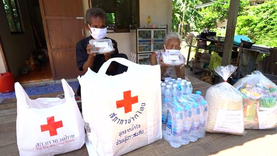 ครัวพระราชทาน อุปนายิกาผู้อำนวยการสภากาชาดไทย จังหวัดบุรีรัมย์ ประกอบอาหารมอบแก่ผู้ที่ได้รับผลกระทบจากสถานการณ์การแพร่ระบาดของโรคโควิด-19