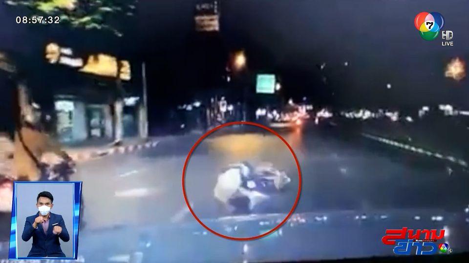 ภาพเป็นข่าว : หนุ่มโชว์ยกล้อ จยย. กลางแยก สุดท้ายเกือบโดนรถทับ