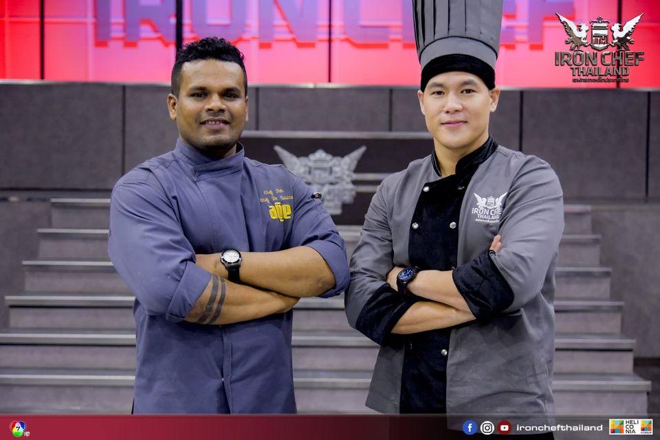 การโครจรมาเจอกันของ 2 เชฟหนุ่มรุ่นใหม่ไฟแรง เชฟอาร์และเชฟดอน ในเชฟกระทะเหล็กประเทศไทย