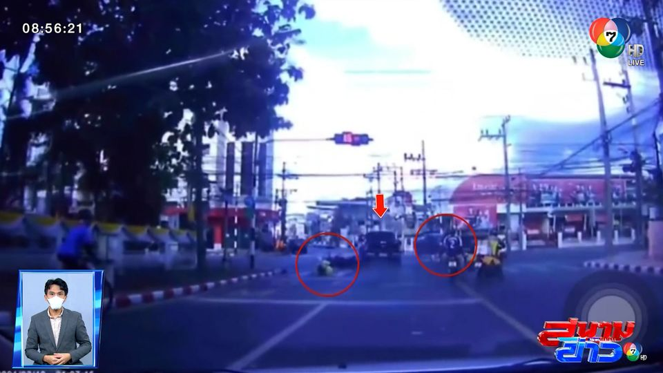 ภาพเป็นข่าว : ระทึก! รถกระบะพุ่งชนรถ จยย. กลางแยกไฟแดง จ.สงขลา