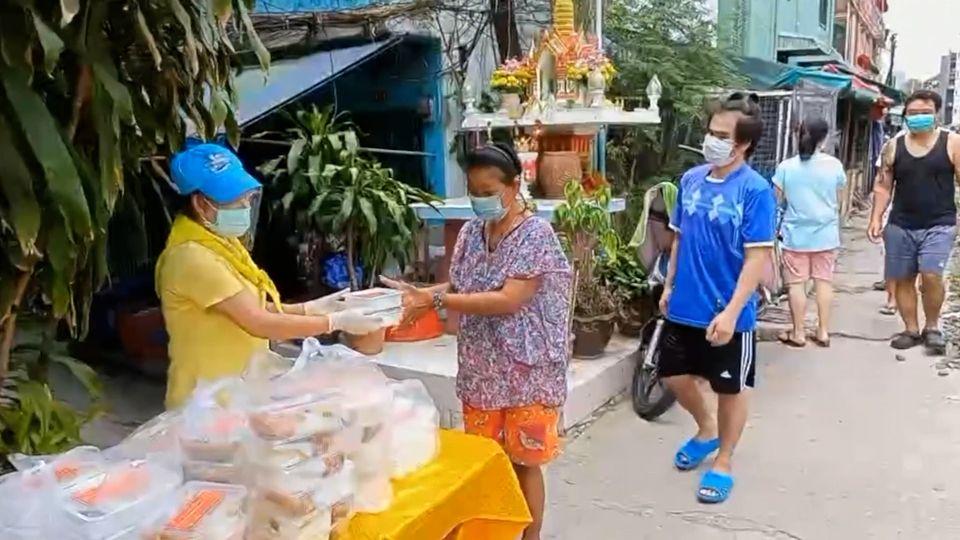 มูลนิธิอาสาเพื่อนพึ่ง (ภาฯ) ยามยาก สภากาชาดไทย มอบอาหาร เงิน และอุปกรณ์ทางการแพทย์แก่โรงพยาบาลต่าง ๆ ถวายเป็นพระราชกุศลแด่พระบาทสมเด็จพระเจ้าอยู่หัว เนื่องในวันเฉลิมพระชนมพรรษา