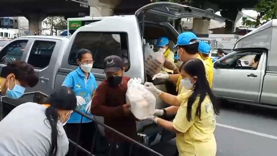 มูลนิธิอาสาเพื่อนพึ่ง (ภา) ยามยาก สภากาชาดไทย มอบอาหารปรุงสุกพร้อมรับประทาน เพื่อบรรเทาความเดือดร้อนแก่ประชาชนที่ได้รับผลกระทบจากการแพร่ระบาดของโรคโควิด-19