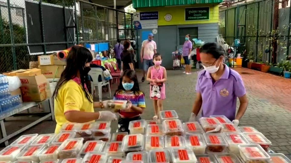 มูลนิธิอาสาเพื่อนพึ่ง (ภา) ยามยาก สภากาชาดไทย มอบอาหารแก่ประชาชนที่ได้รับผลกระทบจากการแพร่ระบาดของโรคโควิด-19 ในพื้นที่กรุงเทพมหานคร
