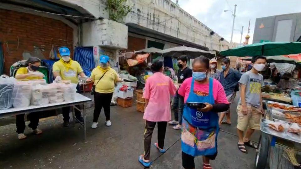 มูลนิธิอาสาเพื่อนพึ่ง (ภาฯ) ยามยาก สภากาชาดไทย มอบอาหารแก่ประชาชนที่ได้รับผลกระทบจากการแพร่ระบาดของโรคโควิด-19