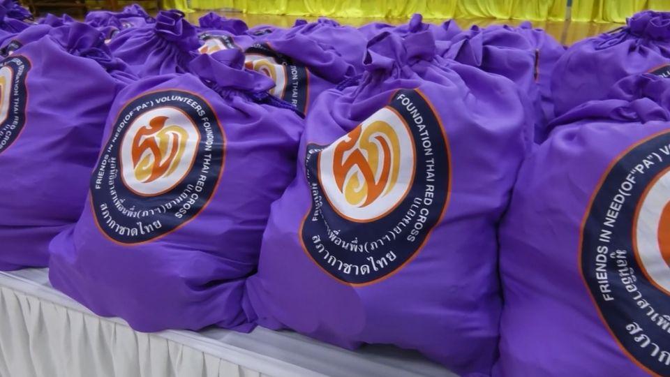มูลนิธิอาสาเพื่อนพึ่ง (ภาฯ) ยามยาก สภากาชาดไทย เชิญถุงยังชีพพระราชทานไปมอบแก่ผู้ประสบอุทกภัยในพื้นที่จังหวัดอ่างทอง