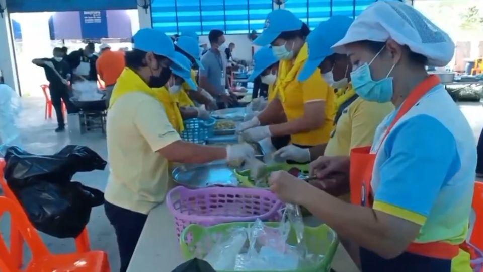 มูลนิธิอาสาเพื่อนพึ่ง (ภาฯ) ยามยาก สภากาชาดไทย จัดตั้งโรงครัวพระราชทานประกอบอาหารมอบแก่ผู้ประสบอุทกภัยในพื้นที่จังหวัดสิงห์บุรี