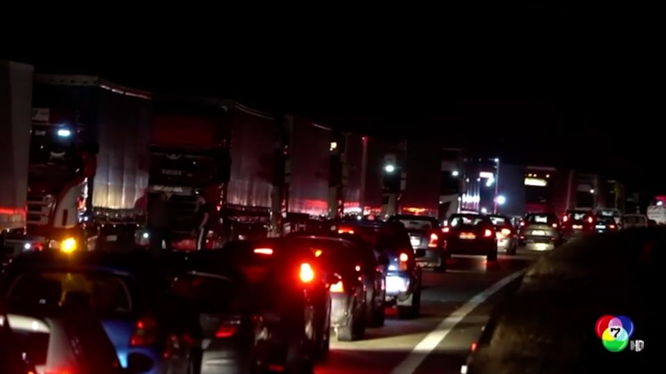 เผยภาพรถบรรทุกหลายร้อยคันติดขัดบนทางด่วนในกรีซ