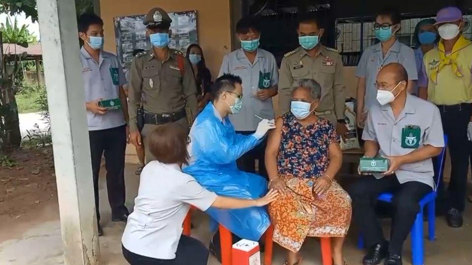 หน่วยแพทย์เคลื่อนที่ พอ.สว.ออกหน่วยให้บริการฉีดวัคซีนซิโนฟาร์มพระราชทาน เพื่อป้องกันโรคโควิด-19 แก่ประชาชนกลุ่มเปราะบาง