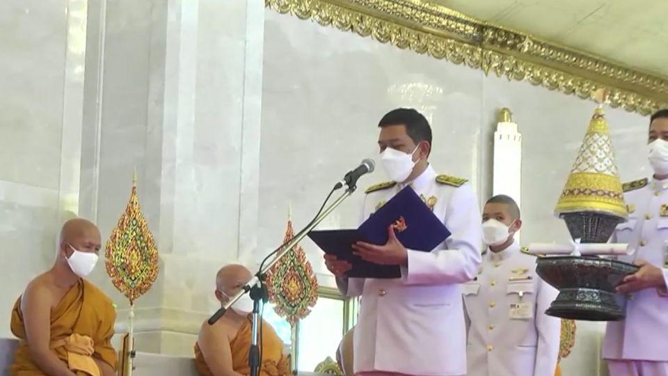 องคมนตรี เชิญหิรัญบัฏ สัญญาบัตร พัดยศ ผ้าไตร และเครื่องยศสมณศักดิ์ ไปถวายแด่ พระราชาคณะ ที่ได้ตั้งสมณศักดิ์สูงขึ้น