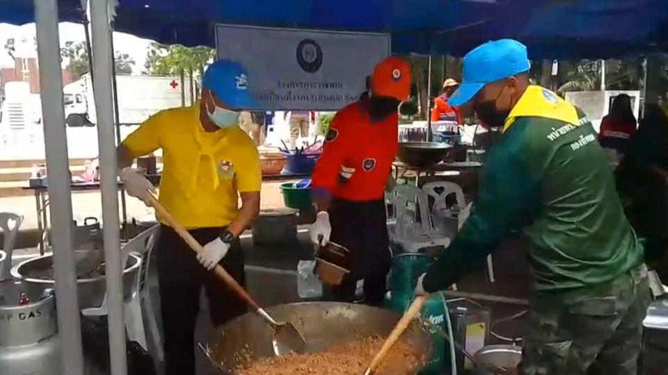มูลนิธิอาสาเพื่อนพึ่ง (ภาฯ) ยามยาก สภากาชาดไทย จัดตั้งโรงครัวพระราชทาน ช่วยเหลือผู้ประสบอุทกภัยในพื้นที่จังหวัดนครราชสีมา และสิงห์บุรี