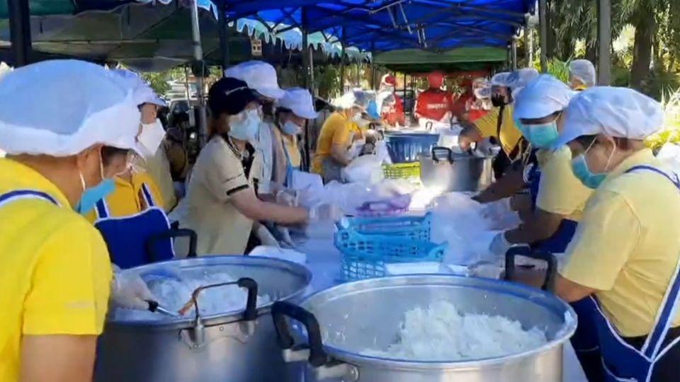 มูลนิธิอาสาเพื่อนพึ่ง (ภาฯ) ยามยาก สภากาชาดไทย จัดตั้งโรงครัวพระราชทาน ประกอบอาหารช่วยเหลือผู้ประสบอุทกภัยในพื้นที่จังหวัดนครราชสีมาอย่างต่อเนื่อง