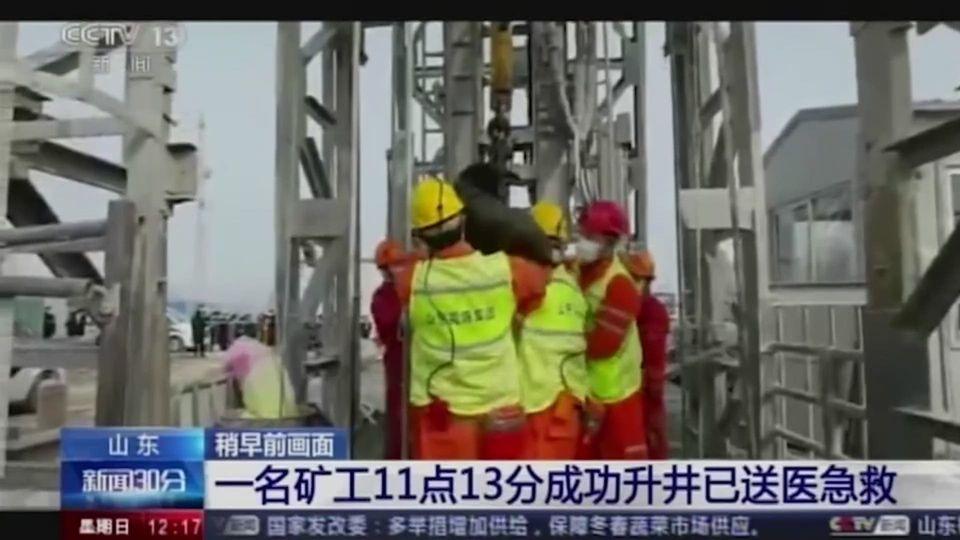 เผยภาพเจ้าหน้าที่ช่วยคนงานเหมืองทองในจีน
