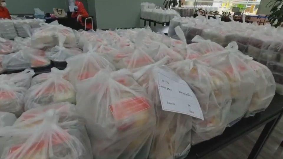 มูลนิธิอาสาเพื่อนพึ่ง (ภาฯ) ยามยาก สภากาชาดไทย มอบอาหารปรุงสุกพร้อมรับประทานแก่ประชาชนที่ได้รับผลกระทบจากการแพร่ระบาดของโรคโควิด-19