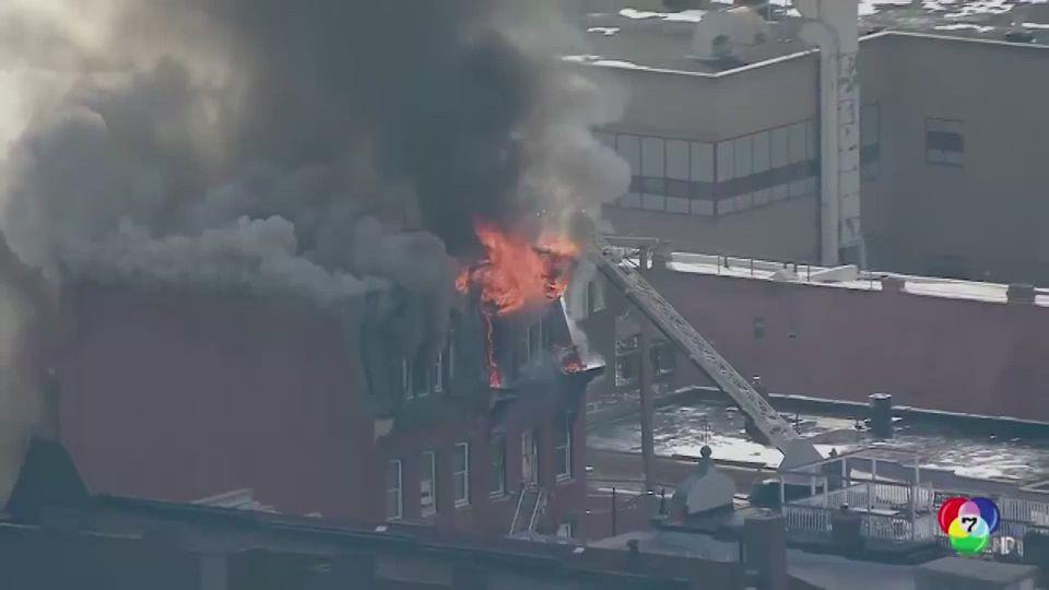 เกิดเหตุเพลิงไหม้อาคารเก่าอายุ 130 ปี ก่อนจะพังถล่มในสหรัฐฯ