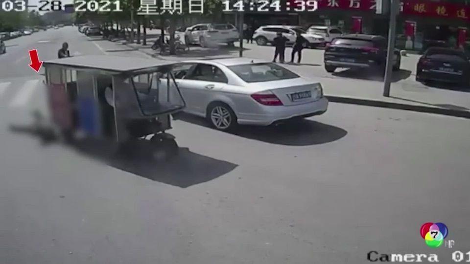 คนขับรถโดยสารช่วยหยุดรถ 3 ล้อ ลากผู้หญิง ในจีน