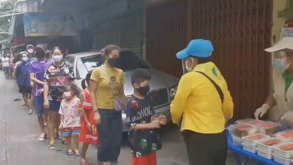 มูลนิธิอาสาเพื่อนพึ่ง (ภาฯ) ยามยาก สภากาชาดไทย มอบอาหารปรุงสุกแก่ประชาชนเขตปทุมวัน เป็นวันที่ 13