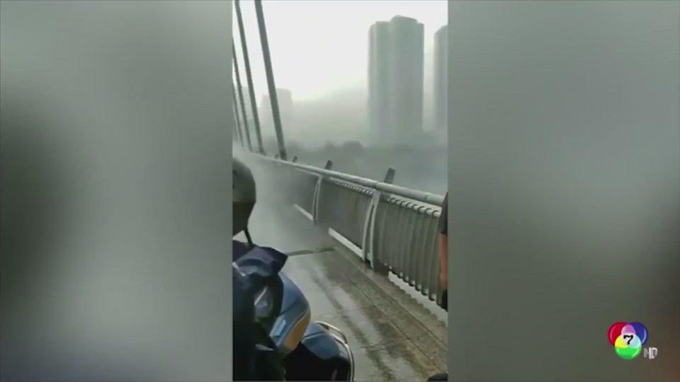 กระแสลมแรงพัดต้นไม้หักโค่น ล้มทับจักรยานยนต์ในจีน