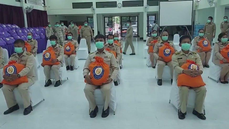 มูลนิธิอาสาเพื่อนพึ่ง (ภาฯ) ยามยาก สภากาชาดไทย เชิญสิ่งของพระราชทานไปมอบแก่ผู้ได้รับความเดือดร้อนด้านต่าง ๆ