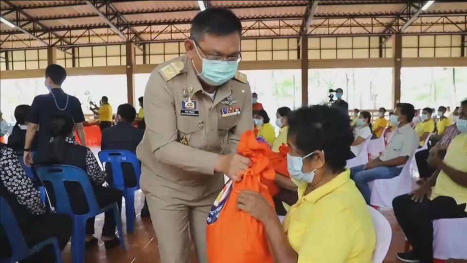 มูลนิธิอาสาเพื่อนพึ่ง ภาฯ ยามยาก สภากาชาดไทย เชิญถุงยังชีพพระราชทานไปมอบแก่ราษฎรที่ได้รับผลกระทบจากอุทกภัยในพื้นที่อำเภอชะอวด จังหวัดนครศรีธรรมราช
