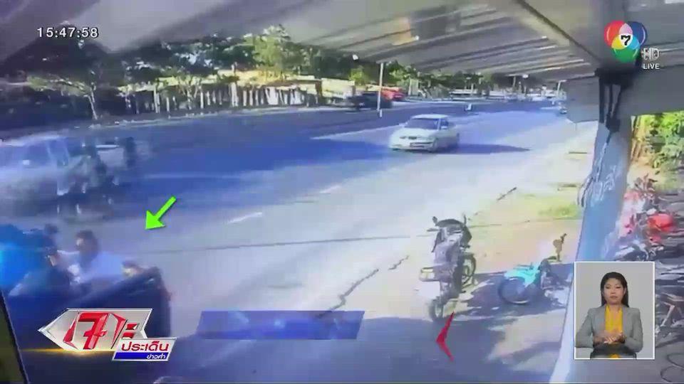 หนุ่มซิ่ง จยย.ชนท้ายรถกระบะจอดเลนซ้ายเสียชีวิต หวุดหวิดชนคนยืนท้ายรถ