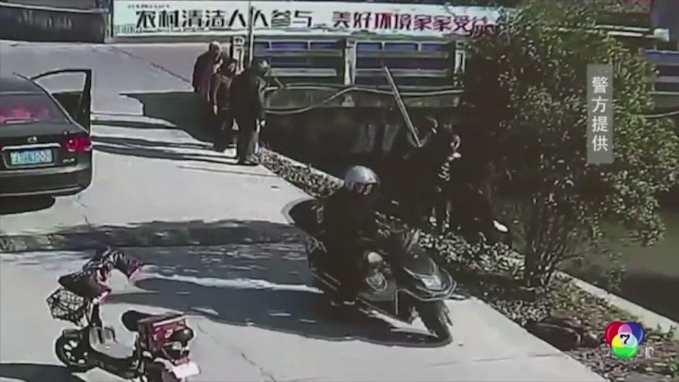 ช่วยชายสูงอายุขับรถสามล้อตกน้ำในจีน