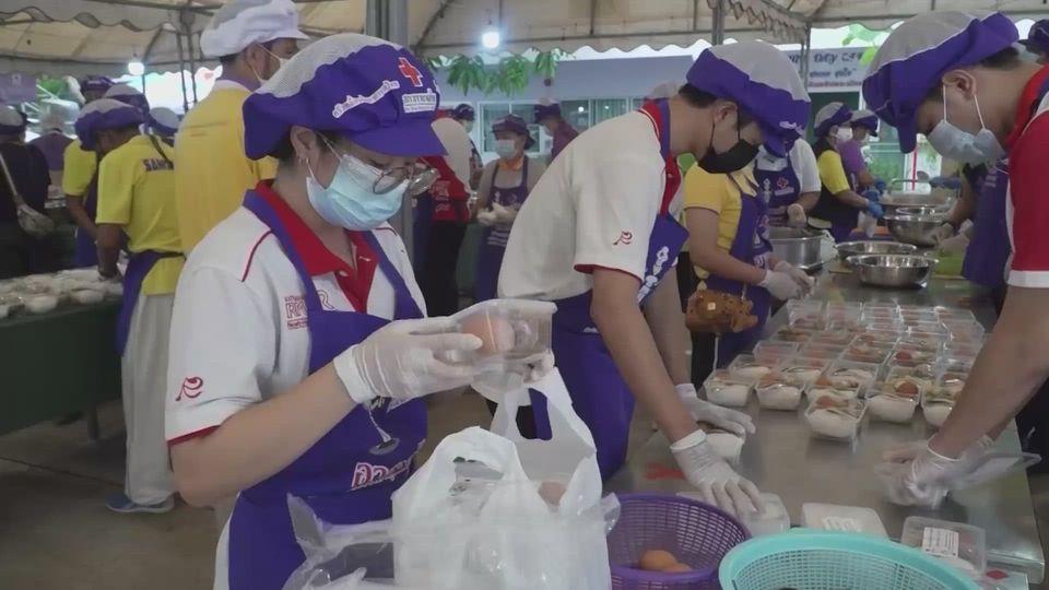 ครัวพระราชทาน อุปนายิกาผู้อำนวยการสภากาชาดไทย ประกอบอาหารมอบให้แก่ผู้ที่ได้รับผลกระทบจากการแพร่ระบาดของโรคโควิด-19 ในพื้นที่จังหวัดประจวบคีรีขันธ์ เป็นวันที่ 6