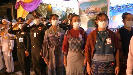 สมเด็จพระนางเจ้าฯ พระบรมราชินี ทรงเยี่ยมราษฎร และทอดพระเนตรผลิตภัณฑ์ที่กรมการพัฒนาชุมชน กระทรวงมหาดไทย ได้ส่งเสริมอาชีพให้ราษฎรในพื้นที่ภาคตะวันออกเฉียงเหนือ