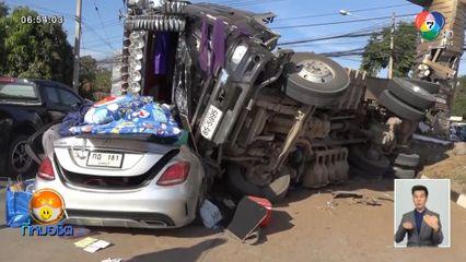 รถบรรทุกพ่วงยางแตก หลุดโค้งพลิกคว่ำทับรถหรูจอดติดไฟแดงพังยับ