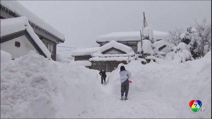 หิมะตกหนักทับถมหลายพื้นที่ในญี่ปุ่น ทำให้รถยนต์ติดบนถนนจำนวนมาก