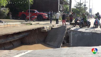 ถนนมิตรภาพทรุดตัวกะทันหัน รถกระบะขับผ่านมาตกหลุม พ่อแม่ลูกบาดเจ็บ รถพังยับ