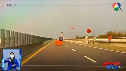 ภาพเป็นข่าว : รถบรรทุกขนโต๊ะไม่รัดกุม แผ่นหน้าโต๊ะปลิวว่อน หวิดตกใส่รถคันหลัง