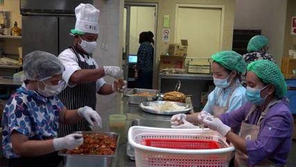 หน่วยงานต่าง ๆ นำสิ่งของพระราชทาน และร่วมประกอบอาหารนำไปมอบแก่ผู้ได้รับผลกระทบจากสถานการณ์การแพร่ระบาดของโรคโควิด-19