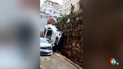รถยนต์ตกจากลานจอดยกระดับสูง 6 เมตรในจีน