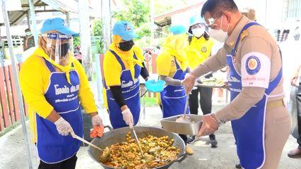 มูลนิธิอาสาเพื่อนพึ่ง (ภาฯ) ยามยาก สภากาชาดไทย จัดตั้งโรงครัวพระราชทาน ประกอบอาหารมอบแก่ผู้ได้รับผลกระทบจากการแพร่ระบาดของโรคโควิด-19 ที่จังหวัดยะลา