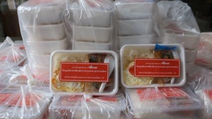 มูลนิธิอาสาเพื่อนพึ่ง (ภาฯ) ยามยาก สภากาชาดไทย มอบอาหารปรุงสุกพร้อมทาน แก่ประชาชนที่ได้รับผลกระทบจากการแพร่ระบาดของโรคโควิด-19