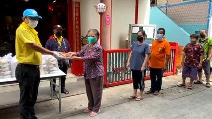 มูลนิธิอาสาเพื่อนพึ่ง (ภาฯ) ยามยาก สภากาชาดไทย มอบอาหารปรุงสุกพร้อมทานแก่ประชาชนที่ได้รับผลกระทบจากการแพร่ระบาดของโรคโควิด-19