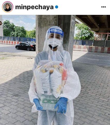 """หญิงสาวภายใต้ชุด PPE แจกสิ่งของยังชีพให้คนไร้บ้าน เธอคือ""""นางเอกดัง"""""""