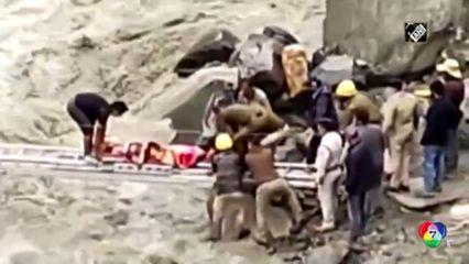 เผยภาพ จนท.กู้ภัย ช่วยผู้บาดเจ็บข้ามแม่น้ำที่ไหลเชี่ยวกรากในอินเดีย
