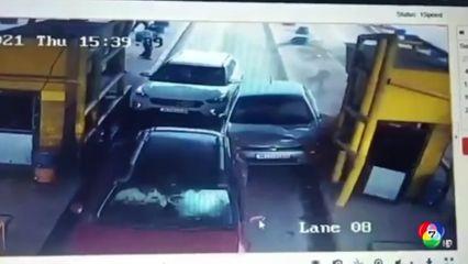 รถชนบนด่านเก็บค่าผ่านทางในอินเดีย เคราะห์ดีไม่มีผู้บาดเจ็บ