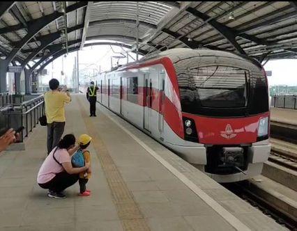 ประชาชนทดลองนั่งรถไฟฟ้าสายสีแดง รังสิต-ตลิ่งชัน ฟรี 3 เดือน จนถึงเดือนตุลาคมนี้ อำนวยความสะดวกการเดินทางจากชานเมืองเข้าสู่กลางกรุง