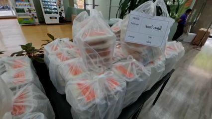 มูลนิธิอาสาเพื่อนพึ่ง (ภาฯ) ยามยาก สภากาชาดไทย มอบอาหารแก่ผู้ได้รับผลกระทบจากการแพร่ระบาดของโรคโควิด-19 ในเขตปทุมวัน ต่อเนื่องเป็นวันที่ 24