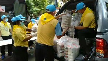 มูลนิธิอาสาเพื่อนพึ่ง (ภาฯ) ยามยาก สภากาชาดไทย มอบอาหารปรุงสุกพร้อมทาน เพื่อบรรเทาความเดือดร้อนแก่ผู้ได้รับผลกระทบจากโรคโควิด-19
