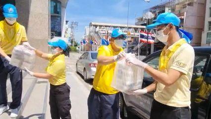 มูลนิธิอาสาเพื่อนพึ่ง (ภาฯ) ยามยาก สภากาชาดไทย มอบอาหารช่วยเหลือผู้ที่ได้รับผลกระทบจากโรคโควิด-19 อย่างต่อเนื่อง