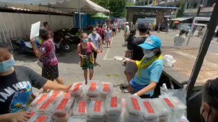 มูลนิธิอาสาเพื่อนพึ่ง (ภาฯ) ยามยาก สภากาชาดไทย มอบอาหารช่วยเหลือประชาชนที่ได้รับผลกระทบจากสถานการณ์การแพร่ระบาดของโรคโควิด-19