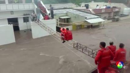 เผยภาพ จนท.ช่วยประชาชนหนีน้ำท่วมในอินเดีย