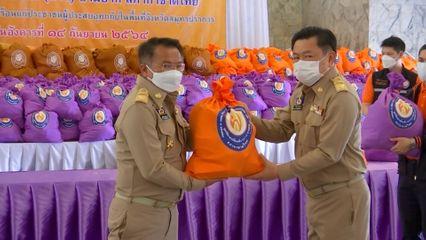 มูลนิธิอาสาเพื่อนพึ่ง (ภาฯ) ยามยาก สภากาชาดไทย นำถุุงยังชีพพระราชทานไปมอบแก่ผู้ได้รับความเดือดร้อนจากอุทกภัย จังหวัดสมุทรปราการ