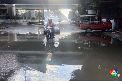 ชาวบ้านร้องทุกข์ ถนนกำแพงเพชร 7 พังเป็นหลุมบ่อ ฝนตกน้ำขัง เกิดอุบัติเหตุบ่อย แต่ไร้หน่วยงานเข้าแก้ไข