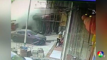 หญิงจีนช่วยเด็กไม่ให้ถูกรถบรรทุกที่เสียหลักพุ่งชน